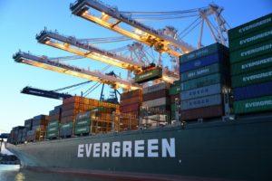 Canal de Suez bloqué par un porte-conteneurs