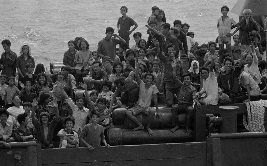 A la fin des années 70, la France découvre des réfugiés prêts à tout pour quitter leurs pays.