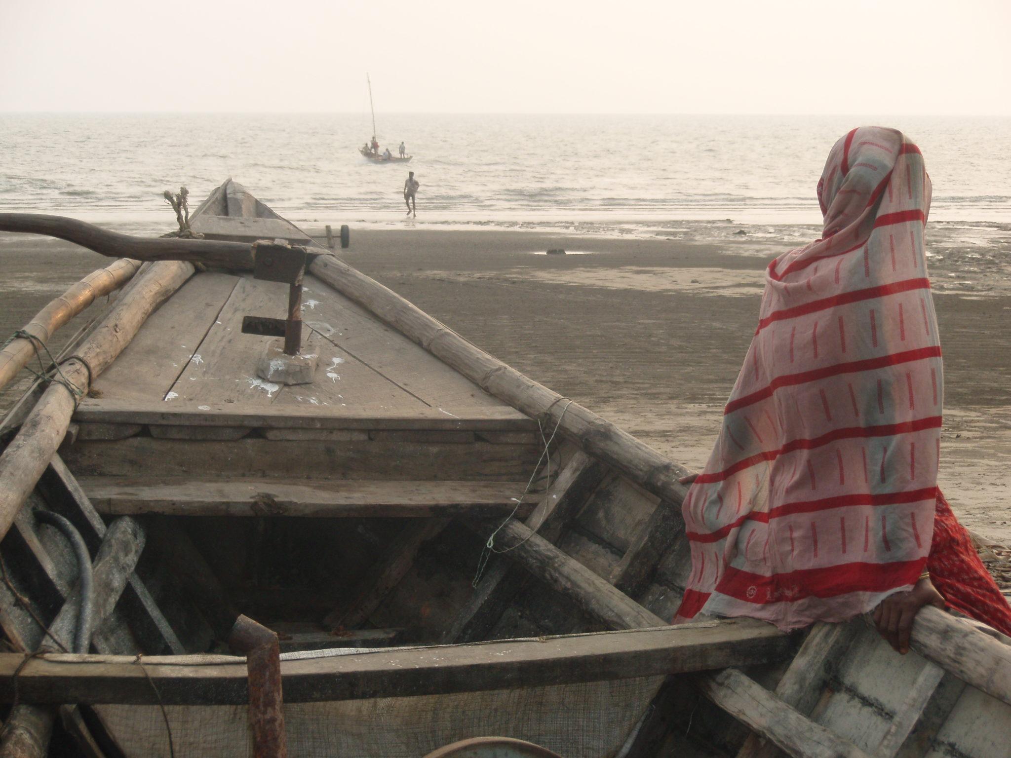Un regard posé sur l'horizon<br><br>Une photo prise durant un séjour destiné à rencontrer les pêcheurs de Kuakata afin de mieux comprendre leur quotidien périlleux et ainsi essayer d'améliorer leur sécurité en mer.<br><br>Un instant de vie sur cette plage du Bangladesh. Le temps s'arrête avec ce regard posé sur l'horizon.<br><br>Quel sentiment se cache derrière ces yeux ? La crainte de voir partir ou le soulagement de voir revenir, un fils, un mari, un père ou un inconnu. Peut-être simplement l'apaisement d'écouter la musique des vagues les yeux fermés.<br><br>Céline Lis