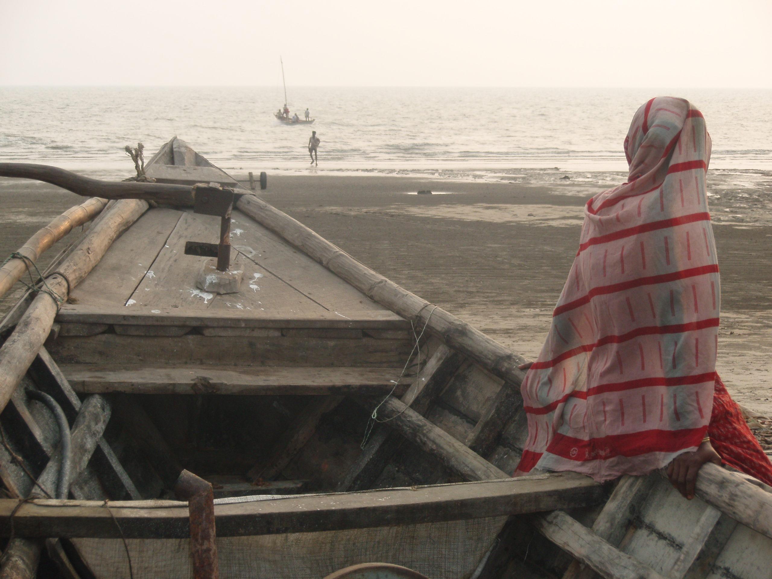 Un regard posé sur l'horizon<br> <br> Une photo prise durant un séjour destiné à rencontrer les pêcheurs de Kuakata afin de mieux comprendre leur quotidien périlleux et ainsi essayer d'améliorer leur sécurité en mer.<br> <br> Un instant de vie sur cette plage du Bangladesh. Le temps s'arrête avec ce regard posé sur l'horizon.<br> <br> Quel sentiment se cache derrière ces yeux ? La crainte de voir partir ou le soulagement de voir revenir, un fils, un mari, un père ou un inconnu. Peut-être simplement l'apaisement d'écouter la musique des vagues les yeux fermés.<br> <br> Céline Lis